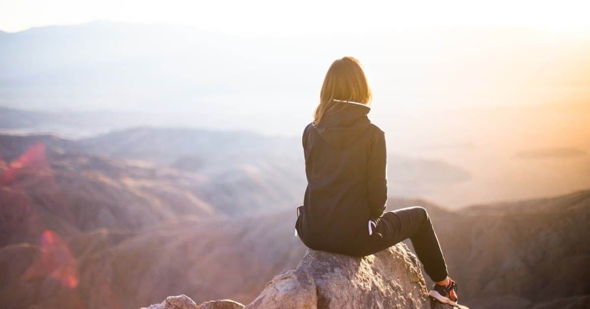山頂で決心する女性