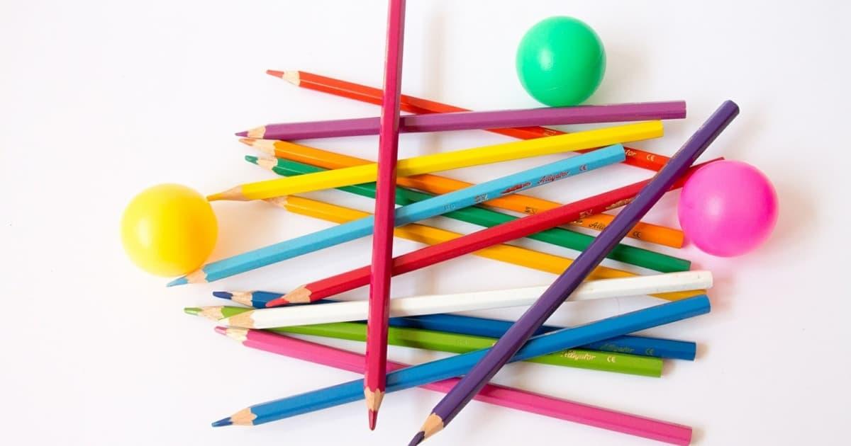 カラフルなボールと色鉛筆