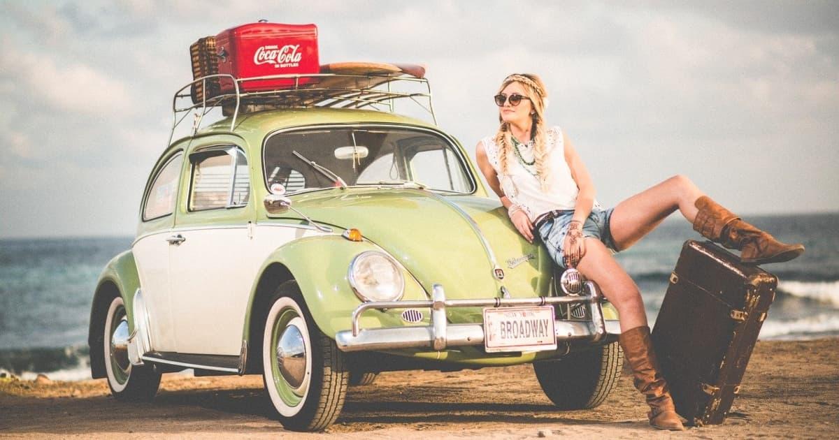 車で旅をする女性