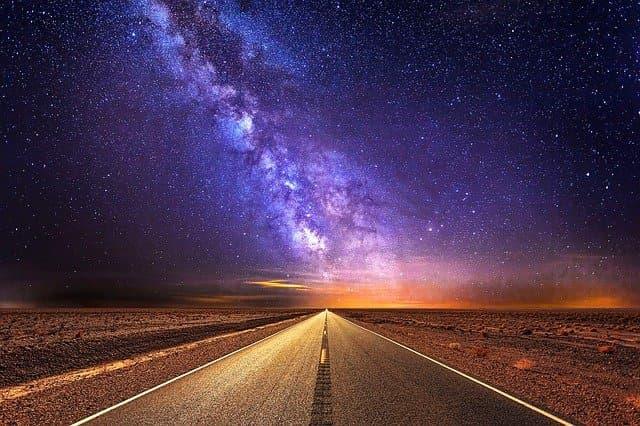 星空と高速道路